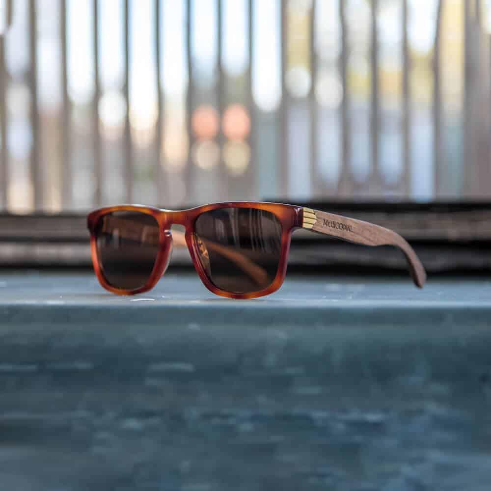 משקפי שמש מאצטט בצבע כתום-אדום בשילוב זרועות עץ. דגם Vulcan